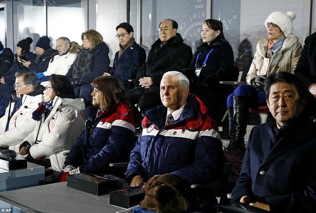 Trưởng đoàn Triều Tiên và cô Kim Yo-jong được xếp gần Tổng thống Hàn Quốc Moon jae-in, Phó Tổng thống Mỹ Mike Pence và nhiều quan chức khác trong lễ khai mạc Thế vận hội. (Ảnh: AP)