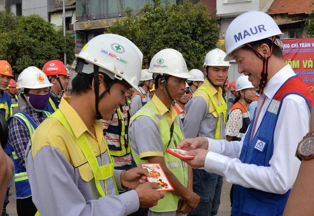 Lãnh đạo UBND TPHCM chúc sức khỏe và tặng quà cho kỹ sư, công nhân tại công trường ga Bến Thành