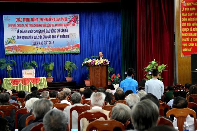 Thủ tướng Nguyễn Xuân Phúc nói chuyện với lãnh đạo huyện Quế Sơn qua các thời kỳ