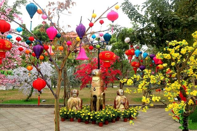 Công viên Thanh Hóa - Hội An cũng được trang trí rực rỡ mai, đào, bánh chưng xanh và linh vật năm Mậu Tuất…