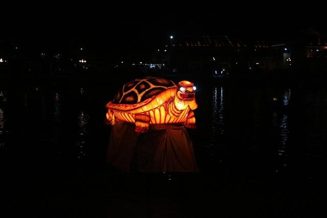 Hình ảnh Long – Lân – Quy - Phụng luôn được trưng bày mỗi dịp tết đến xuân về bên dòng sông Hoài thơ mộng của Hội An