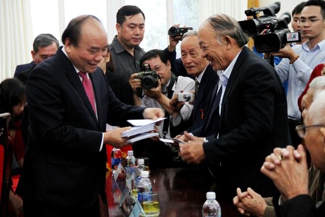 Thủ tướng tặng thiệp chúc Tết đến các cán bộ hưu trí
