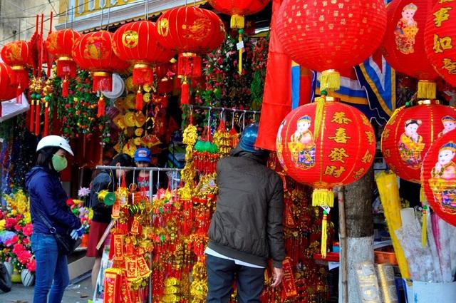 Khắp phố phường ngập tràn sắc đỏ của cờ bay phấp phới, của đèn lồng, của những dây treo trang trí ngày Tết… tạo nên không khí vui tươi, phấn khởi cho năm mới