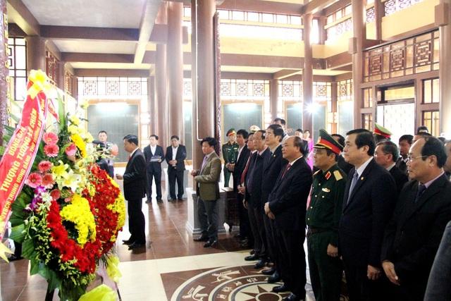 Thủ tướng dâng hương tại đền liệt sĩ huyện Quế Sơn