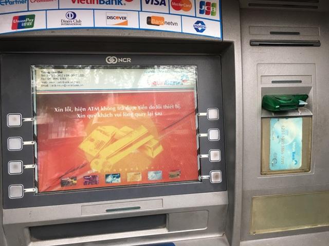 Cây ATM báo lỗi trong khi người dân đang mong móng từng phút để rút được tiền đi mua sắm.