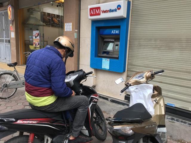 Cây ATM khác ở Đặng Văn Ngữ cũng chết ngóm