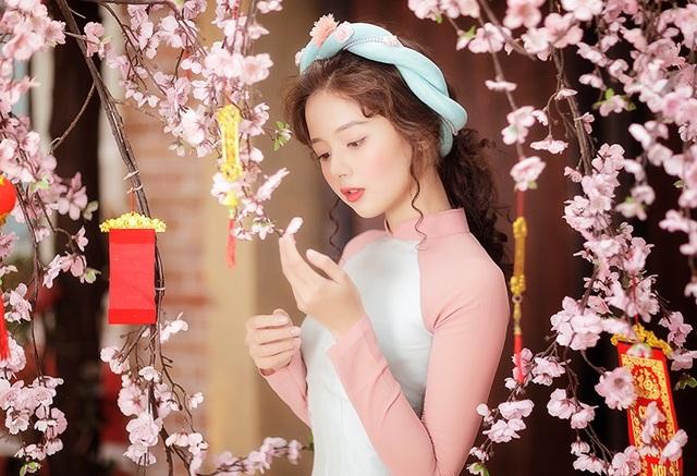 Hương mới bắt đầu nghiệp diễn viên chưa lâu nhưng cô có lợi thế là gương mặt ăn hình và hơn hết là lượng fans đông đảo ủng hộ cho cô từ khi Hương còn là một hot girl trên mạng xã hội.