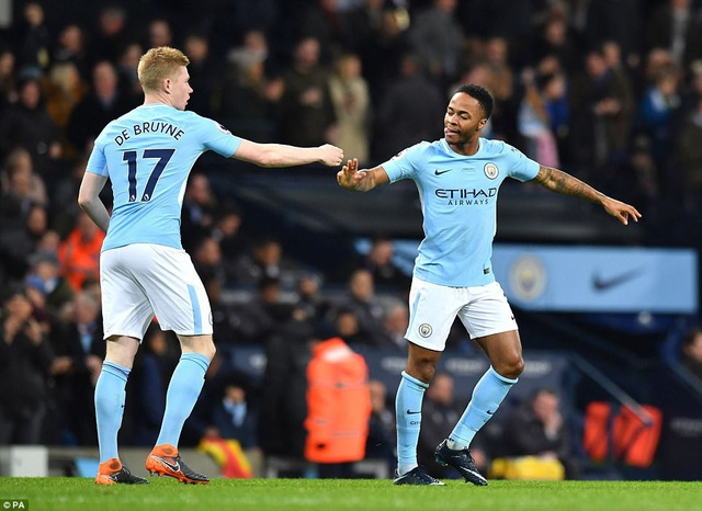 Sterling (phải) ghi bốn bàn ở năm trận thi đấu tại vòng bảng Champions League