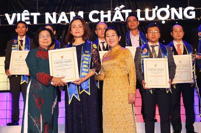 Bà Nguyễn Hoàng Anh- Giám đốc Khối Marketing PNJ đại diện công ty nhận danh hiệu Hàng Việt Nam Chất Lượng Cao 2018