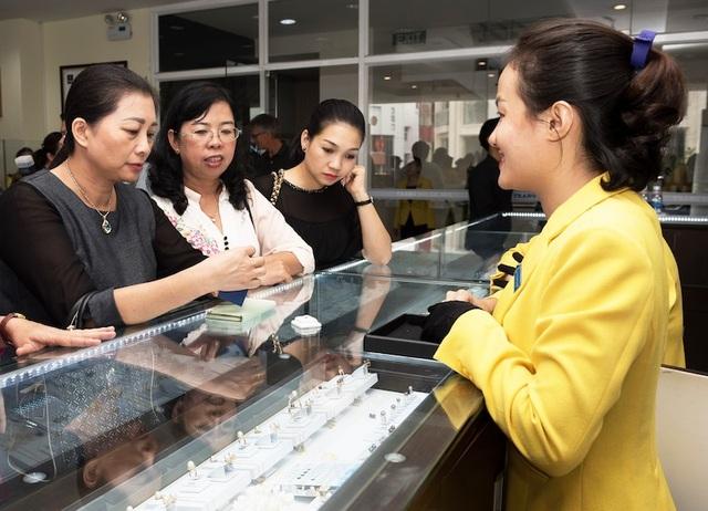 PNJ luôn đặt khách hàng làm trọng tâm trong mọi hoạt động kinh doanh, phục vụ khách hàng và vì sự hài lòng của khách hàng