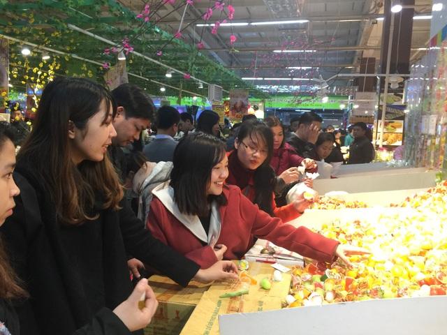 Thạch các loại là sản phẩm mà nhiều bạn trẻ ưa thích, gian hàng này luôn đông đặc người mua sắm