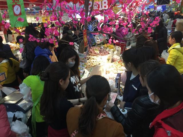 Mặt hàng kẹo bán theo kg, trong đó có nhiều loại kẹo ngoại được nhiều người ưa thích.