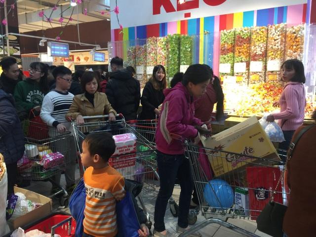 Người và xe chở đồ chen cứng mọi ngả đường, các cửa vào của siêu thị lúc này đều không có xe chở hàng, nhiều người phải chờ 30 phút mới có khách trả xe.