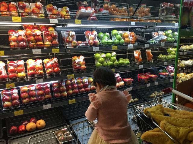 Hoa quả, bánh kẹo ngoại đang ùn ùn về Việt Nam đón Tết