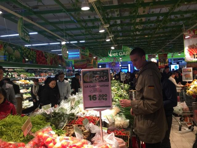 Một nam thanh niên người Đức cũng tranh thủ mua sắm tại siêu thị với người Việt Nam, cậu tỏ ra rất thích thú với các mặt hàng rau củ thay vì bánh kẹo.