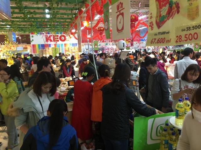 Gian hàng thực phẩm khô luôn đông đặc người mua hàng ở mọi thời điểm