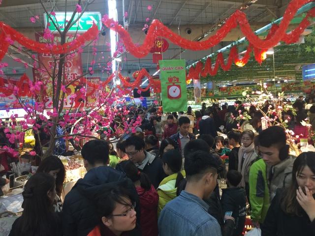 Siêu thị ngày 26 tết đã đông đặc người mua hàng, chủ yếu lực lượng này là người trẻ sắm tết cho gia đình hoặc mua đồ biếu, tặng người thân.