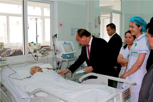 Thủ tướng Nguyễn Xuân Phúc tặng quà cho các bệnh nhân đang nằm điều trị tại Bệnh viện C Đà Nẵng