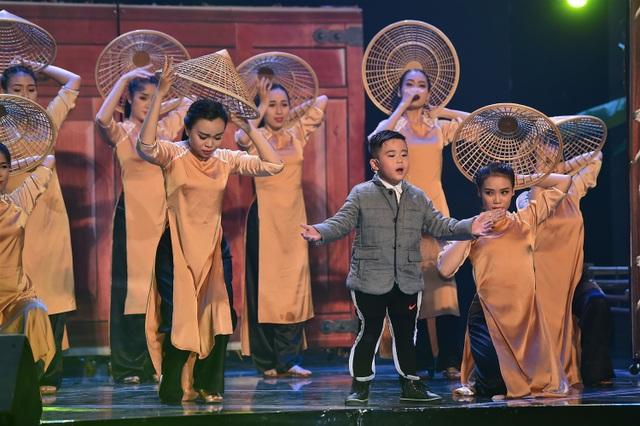 Quốc Dương mang đến tiết mục Quê tôi và thể hiện các tài năng khác nhau: ca hát, nhảy, diễn kịch và đánh đàn bầu.