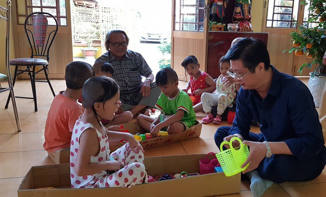 Ông Trương Quang Hoài Nam - Phó chủ tịch UBND TP Cần Thơ và nhà báo Phan Huy chơi cùng các bé họ Nhân