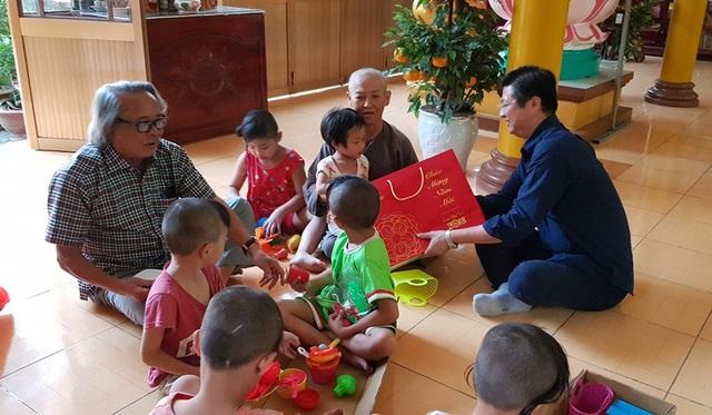Ông Trương Quang Hoài Nam - Phó chủ tịch UBND TP Cần Thơ trao quà Tết cho các bé