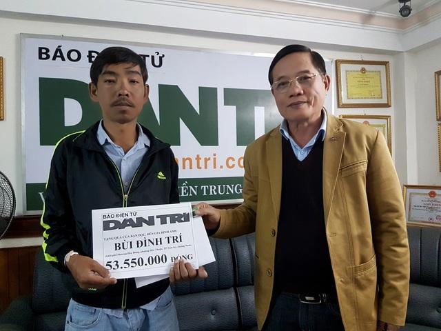 Nhà báo Nguyễn Đình Hòa – Trưởng đại diện Báo Dân trí tại miền Trung – Tây Nguyên trao quà của bạn đọc đến anh Trí