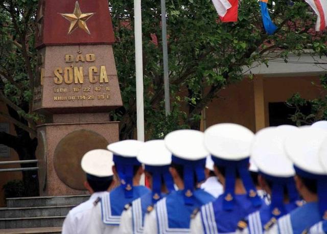 Chào cờ là nghi lễ thiêng liêng, được tổ chức thường xuyên ở Trường Sa.