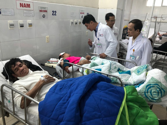 Lật xe khách ngày 27 Tết, 2 người chết, 11 người bị thương - 7