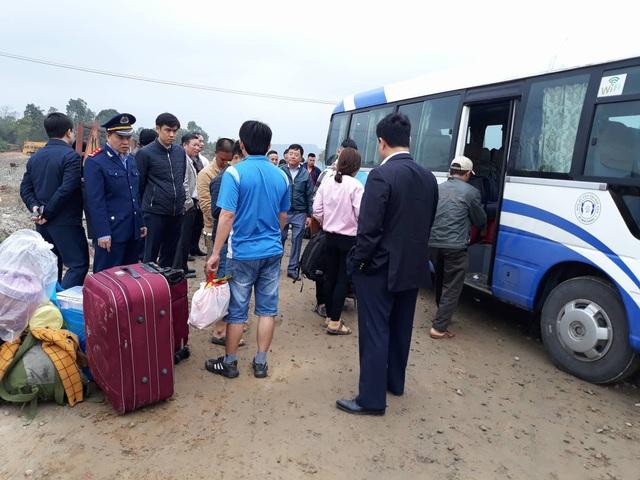 Những hành khách may mắn không bị thương được bố trí xe khác tiếp tục hành trình về quê ăn Tết.