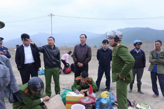 Thứ trưởng Bộ Giao thông vận tải Lê Đình Thọ (thứ 3 từ trái sang) thăm hỏi và động viên các nạn nhân tại hiện trường.