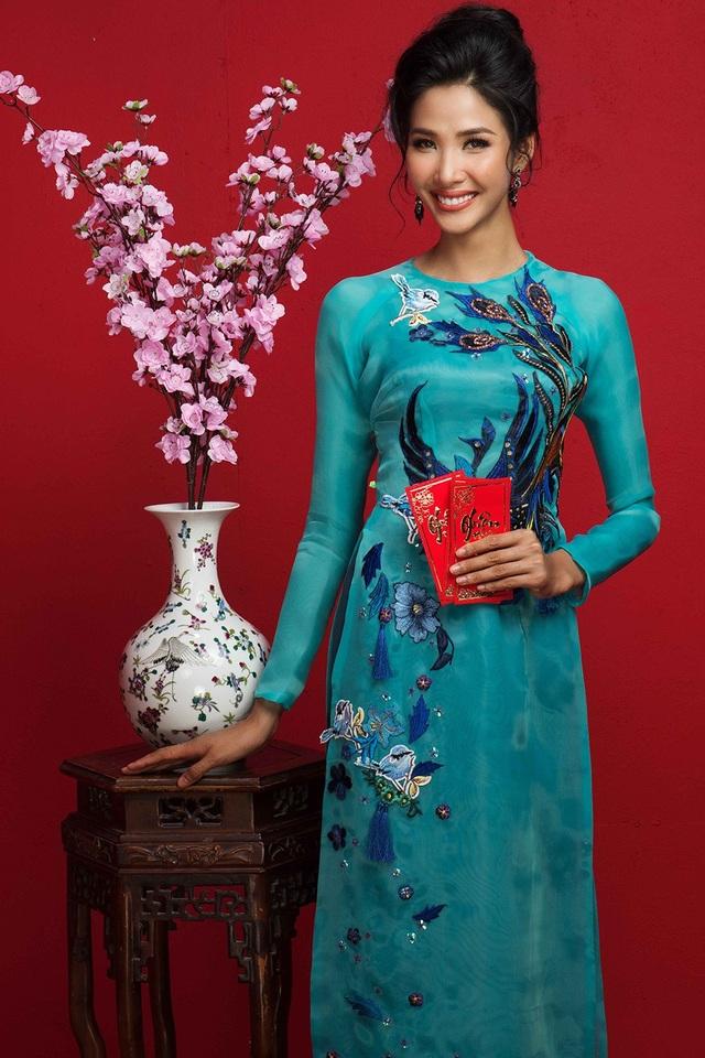 Á hậu Hoàng Thùy chọn tà áo dài xanh, kiểu dáng đơn giản, toát lên sự dịu dàng và quý phái của người phụ nữ Việt.