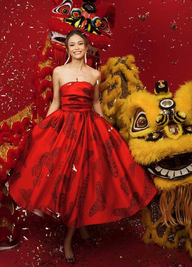 Á hậu Mâu Thủy xúng xính với váy đỏ họa tiết Bướm ấn tượng.