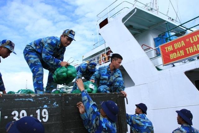 Không khí nhộn nhịp chuyển hàng hóa xuống tàu để thăm tặng quà quân và dân huyện đảo Trường Sa