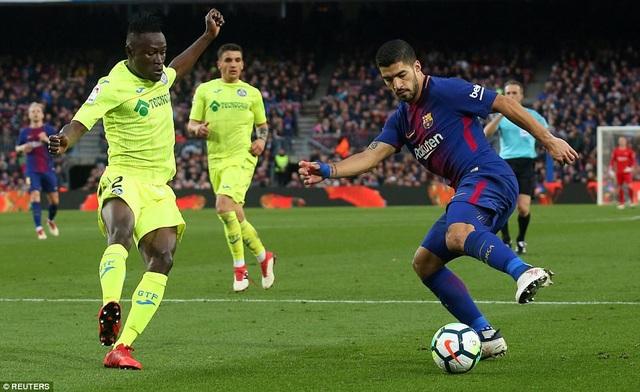Luis Suarez một lần sút tung lưới Getafe nhưng bị thổi việt vị