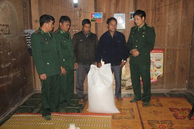 Bộ đội biên phòng tặng 50 kg nếp và 100 kg thịt lợn cho bà con đón Tết