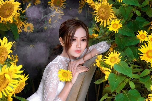 Hoa khôi Nam Bộ gợi cảm với đầm xuyên thấu bên hoa hướng dương - 8