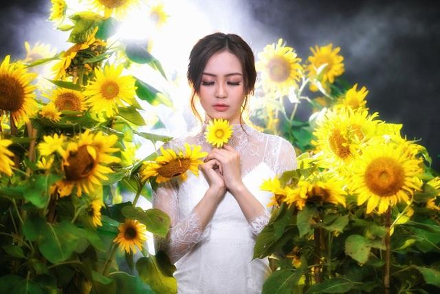 Hoa khôi Nam Bộ gợi cảm với đầm xuyên thấu bên hoa hướng dương - 10