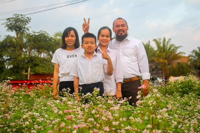 Anh Trưởng cùng gia đình đã mang giống hoa về trồng trên khu vườn rộng gần 1ha