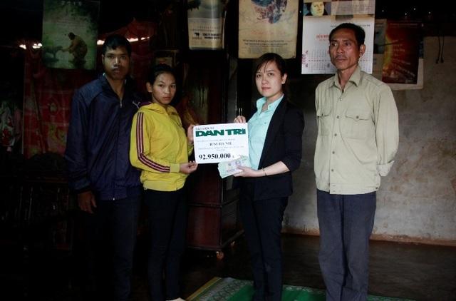 Đại diện chính quyền xã Ea Tar thay mặt báo Dân trí trao số tiền 92.950.000 đồng đến gia đình bé HSuha Niê