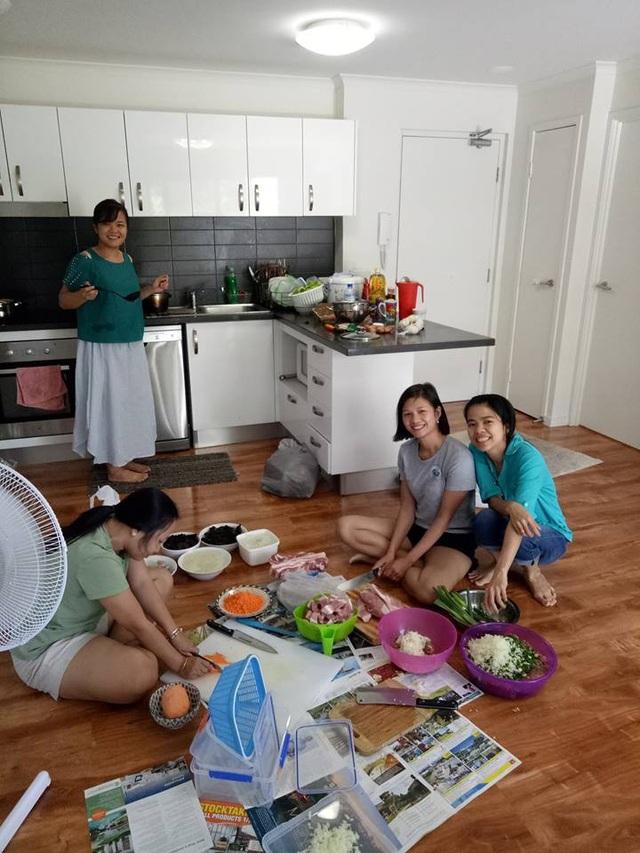 Các nữ nghiên cứu sinh hàng ngày miệt mài nghiên cứu khoa học đã trổ tài vào bếp nấu nướng.