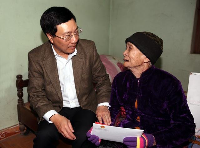 Phó Thủ tướng Phạm Bình Minh thăm và tặng quà Tết cho Mẹ Việt Nam anh hùng Ngô Thị Tựu sáng 12/2