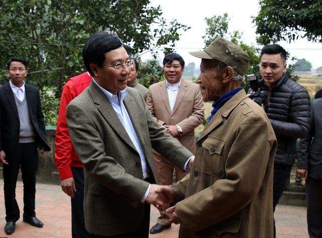 Phó Thủ tướng gặp gỡ và chúc Tết gia đình thương binh Ngô Đình Sách