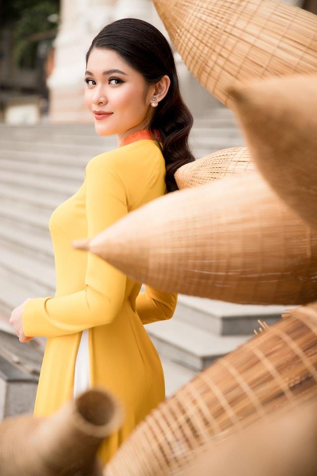 Trong bộ ảnh Xuân 2018, Thuỳ Dung khéo léo khoe vẻ đẹp ngọt ngào, tràn đầy sức sống. Cô chia sẻ, bản thân cảm thấy hạnh phúc vì năm 2017 đã tự bước qua những giới hạn của bản thân.