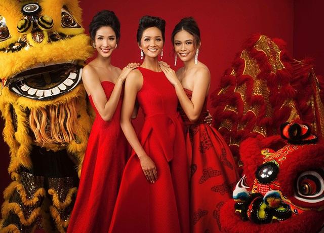 Với thiết kế đầy tinh tế và thanh lịch Top 3 Hoa hậu Hoàn vũ Việt Nam mỗi người một vẻ, tươi tắn nở nụ cười, mang lại một năm mới nhiều niềm vui, thành công và hạnh phúc đến tất cả khán giả.