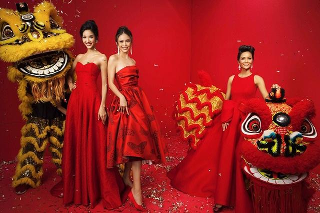 Trong sắc đỏ rực rỡ đậm chất mùa xuân, Hoa hậu H'hen Niê, Á hậu Hoàng Thùy và Á hậu Mâu Thủy nổi bật khoe dáng bên cạnh những chú lân – biểu tượng may mắn của ngày Tết.
