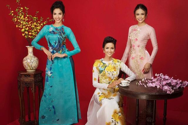Nhắc đến ngày Tết thì không thể thiếu hình ảnh của tà áo dài truyền thống Việt Nam, vì vậy các người đẹp khoác lên người những bộ áo dài duyên dáng.