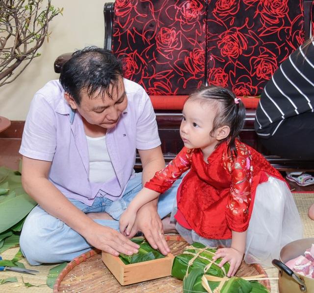 """Chồng nghệ sĩ Trịnh Kim Chi là một doanh nhân thành đạt nhưng vẫn sẵn sàng """"mướt mồ hôi"""" phụ vợ trong hoạt động ý nghĩa này của gia đình."""