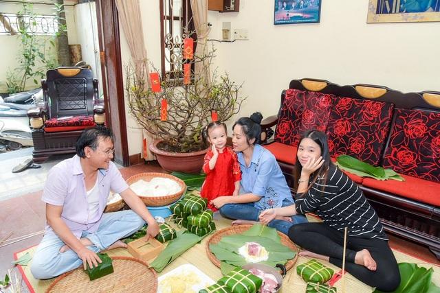 Cô con gái lớn Khánh Ngân ngày càng xinh đẹp, có nhiều năng khiếu nghệ thuật giống mẹ, thỉnh thoảng cũng tham gia vài vai diễn cùng mẹ trên sân khấu.