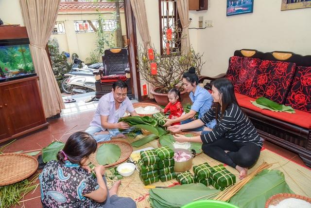 Hình ảnh gia đình Trịnh Kim Chi cùng nhau thực hiện tất cả những công đoạn gói bánh chưng thể hiện sự gần gũi và yêu thương và gắn bó của gia đình.