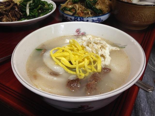 Canh bánh gạo truyền thống của người Hàn